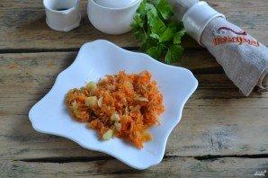 Пассируем с подсолнечным маслом протертую на мелкой терке морковку с нарезанным на мелкие части луком.