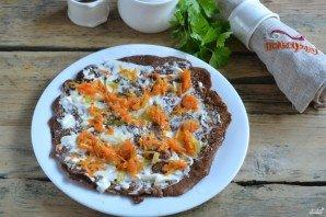 На плоской тарелке выкладываем первый блинчик, смазываем майонезом, можно использовать сметану, выкладываем немножко обжаренного лучка с морковкой, накрываем следующим блинчиком, повторяем процесс.