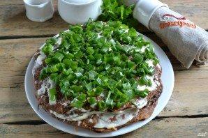 Верх торта украшаем из зелени, которую нужно мелко нашинковать. Оставляем торт настояться и пропитаться на один час.