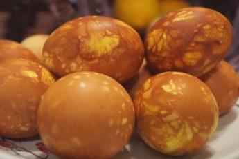Как Красиво покрасить Яйца на Пасху! Самый Доступный и Быстрый способ окрашивания.