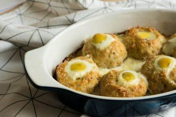 Гнезда из фарша с яйцом в духовке