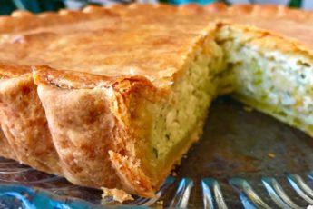 Этот луковый пирог — настоящий козырь в рукаве любой умелой хозяйки. По рецепту Ольги Матвей