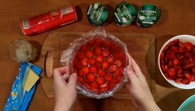 Привезла с дачи корзину клубники, приготовили вчера самый летний десерт! На всё про всё — 30 минут, 300 г ягод и 100 г печенья.