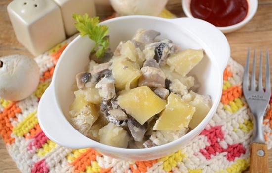 Картошка с грибами в духовке со сметаной – ароматное и питательное блюдо. Авторский пошаговый фото-рецепт запеченной картошки с грибами