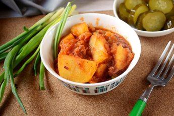 Картошка с тушёнкой, зелёным горошком и томатной пастой – разнообразит повседневное меню. Фото-рецепт приготовления необычной картошки с тушёнкой в томате с зелёным горошком