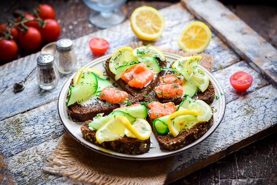 Бутерброды с красной рыбой, крем-сыром и огурцом