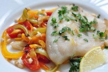 Рыбное филе с запеченными овощами в духовке