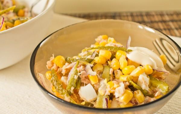 Нереальный Кукурузный салат с тунцом и солеными огурцами
