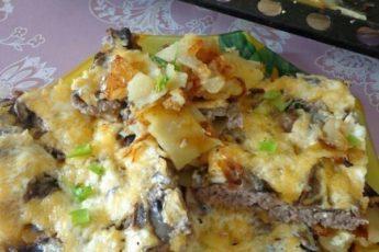 Мясная запеканка с грибами, картофелем и сыром