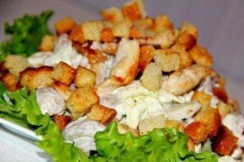 Салат с куриной грудкой, пекинской капустой и грибами