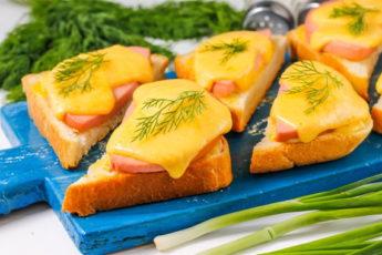 Горячие бутерброды с колбасой и сыром в духовке