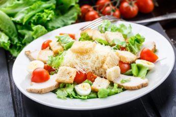 Классический салат «Цезарь» на скорую руку