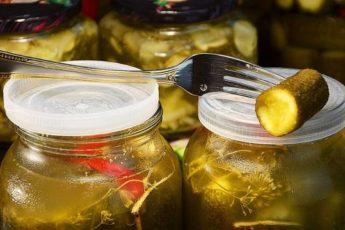 Огурцы на зиму за 5 минут, бабушкин рецепт без уксуса, под капроновой крышкой