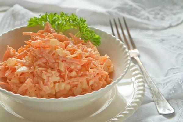 Простой салат из моркови с сыром
