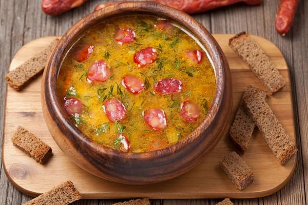 Простой суп из копченых колбасок