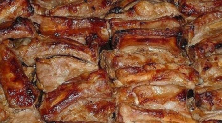 Румяные запеченные свиные ребрышки, маринованные в соусе