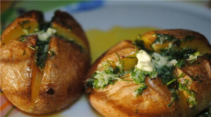 Ароматный картофель, печенный в мундире с чесночным маслом