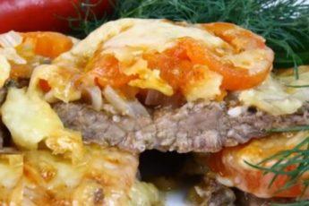 Мясо под шубой из лука и помидоров