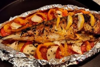 Скумбрия с овощами, запеченная в духовке: вкусная и нежная рыбка