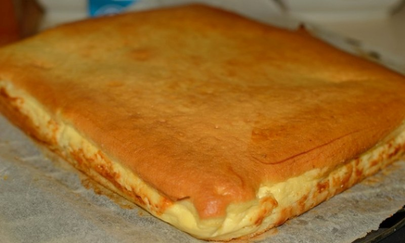 Наливной пирог с творогом. Простой рецепт особенного лакомства
