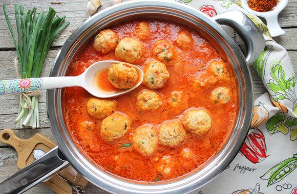 Фрикадельки из щуки в томатном соусе