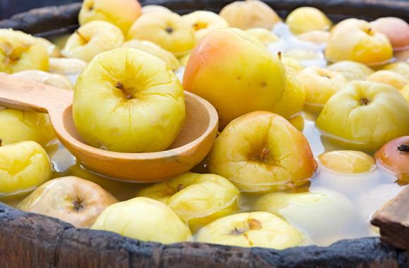Мочёные яблоки в бочках