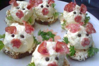 Вкусное украшение стола — Сырная закуска «Веселые свинки»