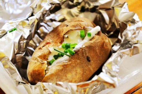 Невероятно вкусный печеный картофель с чесночно-луковым маслом