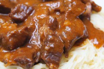 Мясо тушенное с подливкой. Мясо очень нежное, сочное и ароматное