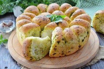 Хлеб пшеничный с зеленью и чесноком