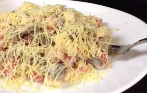 Салат «Французский поцелуй» с мясом, овощами и сыром