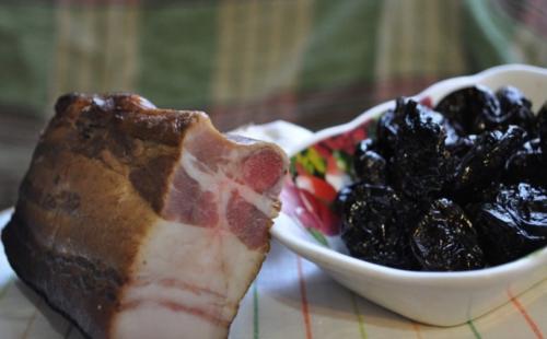 Самое вкусное запеченное сало с чесноком и черносливом