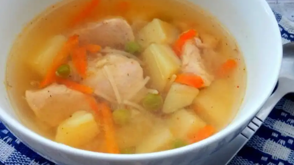 """Аппетитный суп с зеленым горошком и вермешелью """"Паутинка"""""""