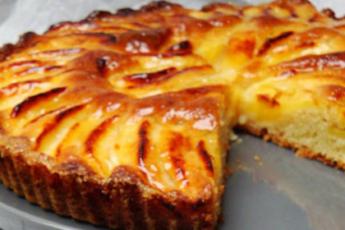 Простой открытый яблочный пирог