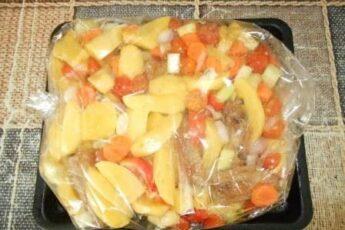 Свиные ребрышки в рукаве с картошкой