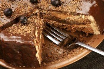 Изумительный шоколадно-медовый торт с черносливом