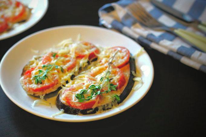 Баклажаны с помидорами и сыром, запечённые в духовке