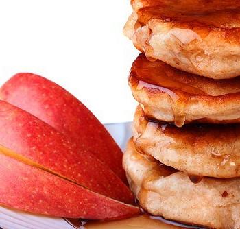 Оладьи манные с яблоками и изюмом