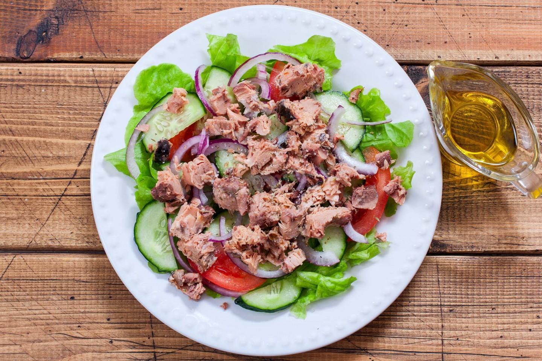 Салат из 3 ингредиентов: получается лёгким с пикантной ноткой