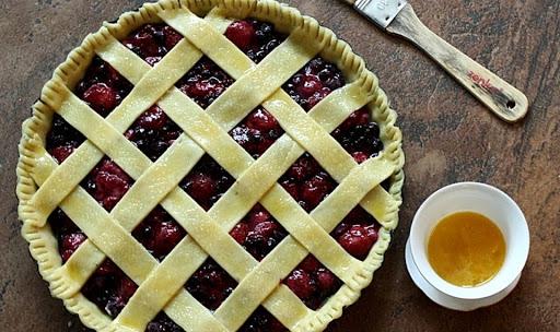 Быстрый ягодный пирог с вареньем